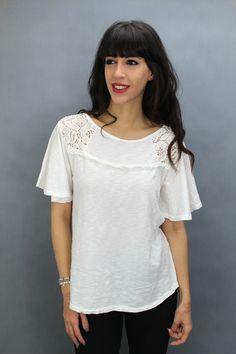 Camiseta de algodón, Detalle de encaje en hombros. Disponible en color blanco y rosa. V Neck, Lace, Women, Fashion, Templates, Pink, Lace Tee, Lace Detail, Cotton T Shirts