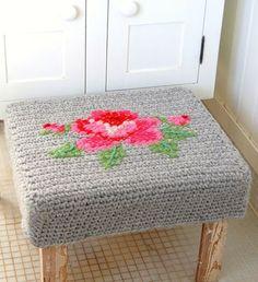 Sillas, taburetes, sofás, puffs… -y demás mobiliario pensado para que nos sentemos- son susceptibles de recibir la atención del mundo tejeril. La que sigue es una colección de proyectos que l…