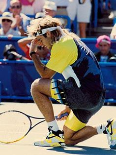 Andre Agassi tebowing when Tim Tebow was only 3 years old. Agassi is on the tennis court wearing his signature shoe the Air Tech Challenge in 1990 along with matching shorts, top, and headband by Nike. Vintage Tennis, Vintage Nike, Monica Seles, Carros Lamborghini, Tennis Legends, Wimbledon Tennis, Sport Tennis, Soccer, Vintage Sneakers