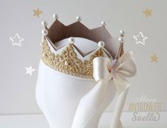 DIY pearl felt birthday crown with white bow - birthday crafts, homemade felt crown. Couronne Diy, Felt Crown, Lace Crowns, Crown Template, Girls Crown, Diy Crown, Creation Couture, Birthday Crafts, Gold Lace
