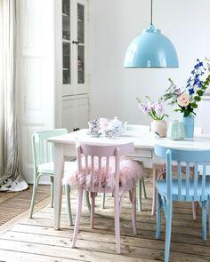 Las sillas cada vez son un elemento que cobra mas peso estético en la decoración de nuestra casa . Es indudable su protagonismo alrededo...