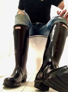 Best dog walking wellies, wellington boots, rubber boots, galoshes for dog walks discovered at PetCheck Blog and how to recycle old damaged and undamaged wellies Mens Hunter Boots, Hunter Boots Outfit, Black Hunter Boots, Hunter Wellies, Black Rain Boots, Wellies Boots, Shoe Boots, Man Boots, Shoes