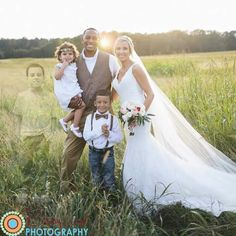 This beautiful family lost there son to cancer but they still included him in this moving wedding shot ♡♡♡♡ These are perfect parents :-(