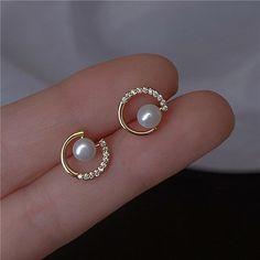 Jewelry Design Earrings, Gold Earrings Designs, Gold Jewellery Design, Ear Jewelry, Small Earrings, Women's Earrings, Crystal Jewelry, Pearl Stud Earrings, Indian Earrings