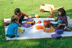 Blocs d'escuma de mides i colors diferents per a múltiples propostes de treball de psicomotricitat.