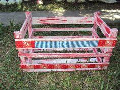 Caixote de madeira com pátina vermelha e branca.  Detalhes com flores e listras azuis.  Serve como floreira, porta revistas, prateleira,etc;  Feito sob encomenda em outras cores e motivos.