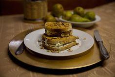 Zapečený toast s hruškami, nivou a ořechy