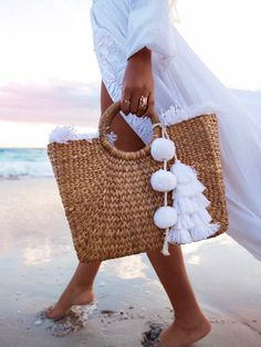 Monogram round large straw bag with double set of handles and 2 tassels, personalized round basket bag. This lovely and fun french market basket features : *Do Straw Weaving, Hand Weaving, Basket Weaving, Straw Art, Diy Straw, Basket Bag, Summer Bags, Spring Summer, Purses And Bags