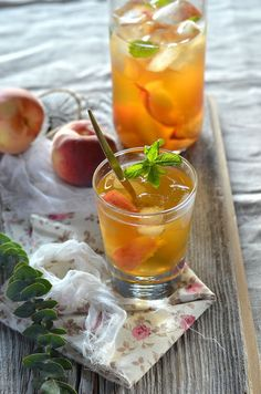 Ice tea with peach and mint Ice tea maison a la p+ Sugar Free Recipes, Tea Recipes, Cocktail Recipes, Sweet Recipes, Healthy Recipes, Mint Iced Tea, Healthy Cocktails, Summer Drinks, Brunch