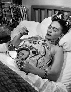Frida pittura il suo corsetto