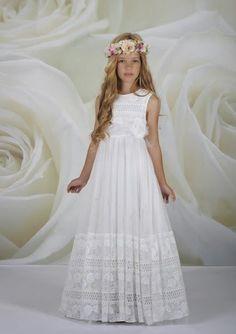 Si la primera comunión será en verano, podéis optar por un vestido de tela delgada y sin mangas. (Foto: Pinterest)