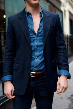 Perfect suit and denim shirt. (loving the contrast of the western-style shirt with snaps against the formal jacket with hand-picked top stitching — A) - Sharp Dressed Man, Well Dressed Men, Fashion Moda, Mens Fashion, Street Fashion, Trendy Fashion, High Fashion, Western Style Shirt, Look Man