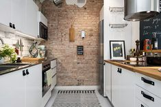 Kitchencrush! I love all the details in this small kitchen. And the brickwall gives it a metropolitan-like  vibe.
