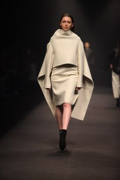 Sculptural fashion construction - clean, minimal tailoring with an exaggerated silhouette // Qiu Hao Geometric Fashion, 3d Fashion, Minimal Fashion, Fashion Week, Fashion Details, High Fashion, Fashion Show, Womens Fashion, Fashion Design
