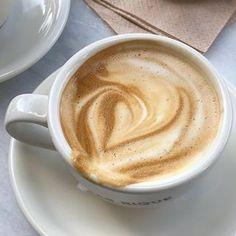 Coffee Cafe, My Coffee, Coffee Drinks, Coffee Shop, Starbucks Coffee, Aesthetic Coffee, Aesthetic Food, Aesthetic Pics, Beige Aesthetic