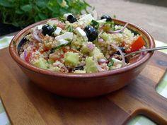 Griekse salade, maar dan met quinoa. Extra voedzaam en extra gezond!  | http://degezondekok.nl