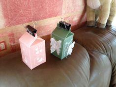 Milchkarton mit Pergamentpapier und dann verziert. Bei dem zweiten habe ich noch weiße Schmetterlinge gefertigt und zusätzlich aufgeklebt.