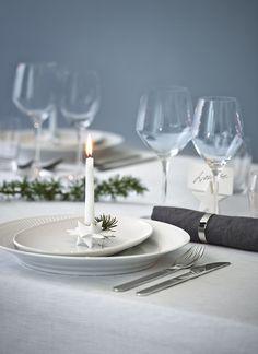 LYSTRADITION Denne fine lystradition skaber stemning og hygge omkring julebordet og kan bruges ved alle julens sammenkomster: Placér juletræslys i små stager ved hver kuvert på julebordet. Tænd lysene samtidigt, når alle har sat sig, og lad de små lys hygge under middagen. Den, hvis lys brænder længst er Lysmester og vinder en gave. #inspirationdk #borddækning