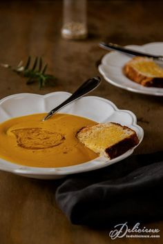 It will only take a few minutes to chop up the vegetables, roast them in the oven, give them a quick press in the blender along with some vegetable stock to make this ultimate lazy roasted pumpkin soup recipe. Just pour into the saucepan and reheat for an easy and light vegetarian meal. Roasted Pumpkin Soup Recipe, Roast Pumpkin Soup, Roasted Butternut, Pumpkin Recipes, Soup Recipes, Butternut Squash, Squash Soup, Roasted Squash, Salad Recipes