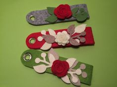 Portachiavi in feltro con decorazioni varie. Felt keychains with assorted decorations.