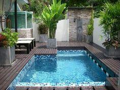 Klein zwembad met mozaïektegeltjes
