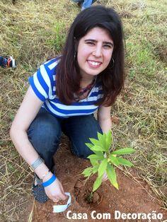 Minha filha plantou a sua primeira árvore! Agora a muda de Capororoca Branca, ganhou carinhosamente o seu lugar na terra, com a energia boa destas mãozinhas. Taubate SP