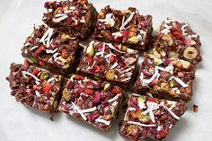 Healthy Vegan Rocky Road Recipe This healthier version of Rocky Road looks and tastes incredible! Sweetened with natural medjool dates, it's refined-sugar free and full of good fats from the coconu… Healthy Dessert Recipes, Gluten Free Desserts, Healthy Desserts, Raw Food Recipes, Sweet Recipes, Delicious Desserts, Cooking Recipes, Raw Desserts, Vegan Sweets