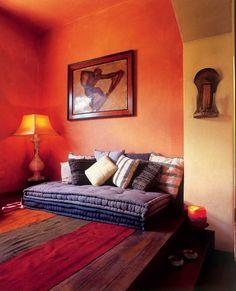 une salle de séjour aménagée dans le style marocain traditionnel