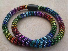 AprilSchrill Regenbogenkette von Steffis Perlenketten auf DaWanda.com Beaded Necklace Patterns, Crochet Beaded Bracelets, Bead Crochet Rope, Beaded Jewelry Designs, Neck Rings, Pearl Jewelry, Pearl Necklace, Bead Art, Necklaces