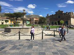 Turistas en la Plaza de Armas de Cajamarca.