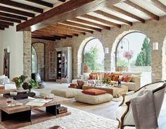 Esta casa deslumbrante fazia parte de uma antiga fazenda na ilha de Maiorca, e sua reforma foi projetada respeitando a estrutura original, ...