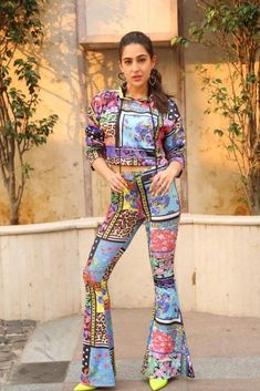 From vibrant hues and dynamic prints to eclectic ethnic wear and drool- worthy dresses, Sara Ali Khan's sartorial approach is clearly bold and versatile. Bollywood Couples, Bollywood Stars, Bollywood Celebrities, Bollywood Fashion, Bollywood Outfits, Bollywood Dress, Indian Celebrities, Western Wear For Women, Beautiful Bollywood Actress