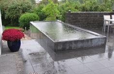 Spejlbassin støbt i beton og indbygget i fliseterrasse.