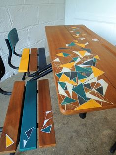 Bureau d'écolier restauré et décoré. Graphisme origami et encrier en porcelaine blanche.