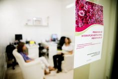 O aborto legal não existe no Brasil – não na prática  Mais da metade das mulheres que buscaram aborto previsto em lei (casos de estupro, risco à saúde ou vida da mãe e anencefalia do feto) não são atendidas. AzMina vai ao cerne da questão e consegue que o Ministério da Saúde prometa atendimento integral em qualquer hospital do país  #PrecisamosFalarSobreAborto