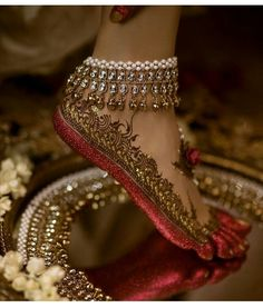 Gorgeous bridal leg mehndi or henna design with altha. Bridal anklet or payal. Mehndi Designs, Tattoo Designs, Jewellery Designs, Designer Jewellery, Fashion Jewellery, Tattoo Henna, Henna Mehndi, Foot Henna, Leg Mehndi