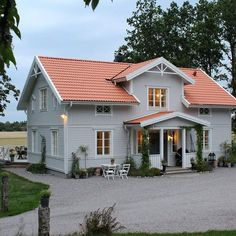 Need a new garden or home design? You're in the right place for decoration and remodeling ideas.Here you can find interior and exterior design, front and back yard layout ideas. Exterior Paint Colors For House, Paint Colors For Home, Style At Home, Red Roof House, Houses With Red Roof, Roof Cladding, Pintura Exterior, Decoration Entree, Grey Houses