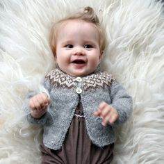 Gilipeysa is a sweet little yoke sweater for the wee ones. Knitted with the very soft and fine Icelandic lambswool Gilitrutt Tvíband Kids Knitting Patterns, Knitting For Kids, Baby Patterns, Knitting Projects, Hand Knitting, Brei Baby, Pull Bebe, Long Sleeve Cotton Dress, Icelandic Sweaters