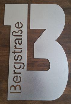 • aus 1,5mm geschliffenem Edelstahl (V2A) gelasert - aus einem Stück mit der Größe von 40 cm.     Das Schild darf nur in eine Richtung max. 40cm sein bzw. 40x40cm nicht überschreiten • Ein... Modern House Facades, Exterior Signage, Grill Design, Facade House, House Numbers, Home Furniture, Etsy, Cement, Home Decor