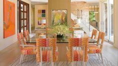 Comedor decorado con tonos pastel y naranja muy dulce y suave.