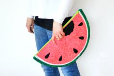 Bloggerin Frau Vau hat eine tolle kostenlose Anleitung für eine Wassermelonen-Clutch, die ihr nachnähen könnt. Nähen im Sommer ist toll!