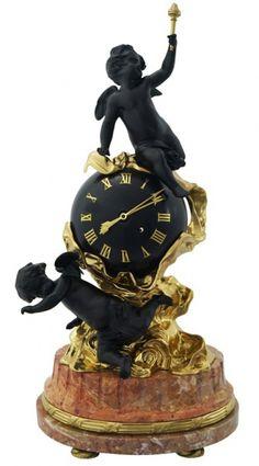Imponente relógio francês em bronze no estilo napoleônico, decorado com querubins e globo representando mundo, sobre base de mármore italiano Roso Verona, med. 71 cm.