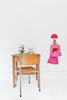 Karine Kong, BODIE and Fou (MilK magazine) La chambre de Mila, bureau et chaise ont été trouvés dans un magasin vintage de Bristol