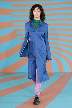 Kiko Kostadinov Fall 2020 Ready-to-Wear Fashion Show Collection: See the complete Kiko Kostadinov Fall 2020 Ready-to-Wear collection. Look 15 Vogue Paris, Fashion Show Collection, Mannequins, Catwalk, Cool Style, Ready To Wear, Raincoat, Runway, Women Wear