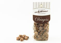 Pralina di forma irregolare composta da un cubetto di pera ricoperta di cioccolato fondente.
