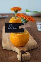Je kunt heel makkelijk jouw tafel decoreren met mooie bloemen en sinaasappels. Ja, sinaasappels, die zijn kleurrijk, goedkoop en overal te koop. Simpel, je kunt voor relatief weinig geld  je tafel heel mooi dekken voor: een verjaardag, diner, bruiloft, communie en Koningsdag. De mogelijkheden zijn enorm. Zie **BRON