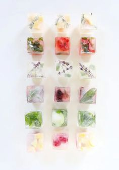 Gin Fix with Infused Ice Cubes – A Beautiful Mess homemade gin fix with infused ice cubes! such a fun & flavorful update to a classic gin & lemonade cocktail. come up with your favorite flavor combination, or use one from this post! Fruit Ice Cubes, Flower Ice Cubes, Flavored Ice Cubes, Gin And Lemonade, Lemonade Cocktail, Spring Cocktails, Summer Drinks, Cocktail Original, Botanist Gin