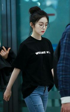 Fans can't tell if this is a photo of BLACKPINK Jisoo or Red Velvet Irene — Koreaboo Korean Casual Outfits, Cool Outfits, Fashion Outfits, Fashion Tips, Korean Airport Fashion, Korean Fashion Trends, Seulgi, Pakistani Fashion Casual, Ulzzang Korean Girl