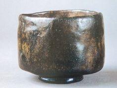 黒楽茶碗No.23 麟之趾(りんのあし) 紙屋黒に似た風情を持つ茶碗。デコボコした表面、土色のところどころ顕になった様は特徴的です。しかし信楽のようにゴツゴツしているわけでなく、むしろ光沢が見られます。紙屋黒ほどの動きはありませんが優品です。 Uji Matcha, Crop Circles, Chawan, Japanese Ceramics, Ceramic Design, Coffee Set, Tea Bowls, Tea Ceremony, Tea Set