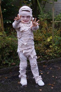 Dit kostuum ziet er misschien ingewikkeld uit om te maken, maar dat is het zeker niet! Met een oud laken dat je in stukken scheurt (hoe rafeliger hoe beter) en aan oude kleren van je zoon of dochter vastlijmt heb je dit enge pak zo in elkaar gezet. Een beetje schmink erbij en je mummie is er klaar voor! Plan nu je uitje @ www.streekweb.nl